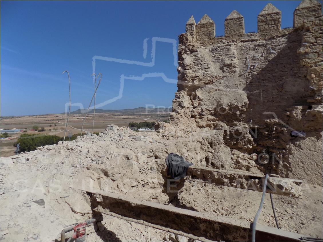 6. El Muro Norte a mitad de su derribo, su masa de hormigón y rellenos de piedras y tierra estaba vertebrado por vigas y redondos de hierro